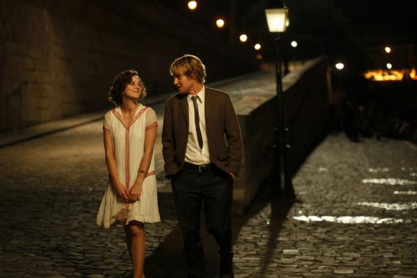 Gil se apaixona por Adriana, uma mulher dos anos 20